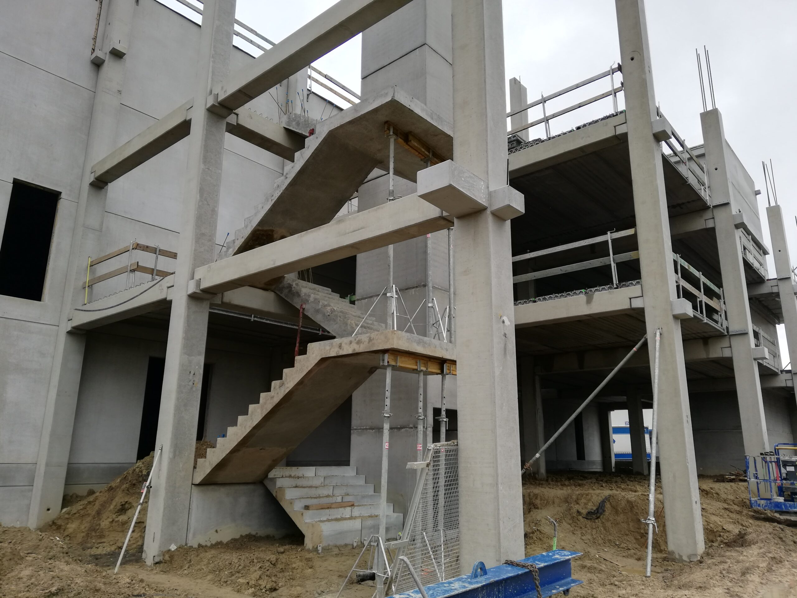 montage zwevende trap kantoorgebouw
